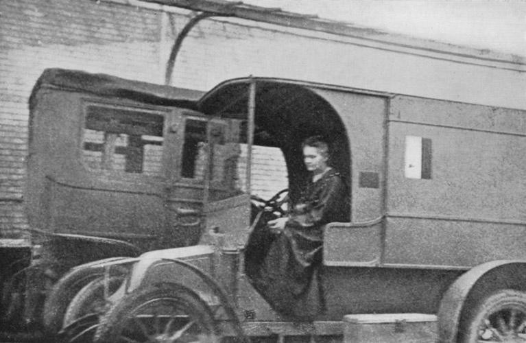 Marie_Curie au volant.jpg